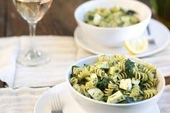 Pâtes de Fusilli Pesto image stock