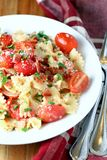 Pâtes de lard et de tomate images stock