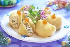 Pâtes de Lumaconi avec de la salade de fruits de mer, le caviar rouge et le fenouil Photographie stock