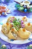 Pâtes de Lumaconi avec de la salade de fruits de mer, le caviar rouge et le fenouil Image libre de droits