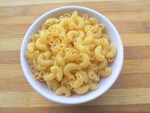 Pâtes de macaronis dans la cuvette photographie stock libre de droits