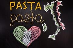 Pâtes de mots faites de spaghetti cuits et pâtes sèches sur le fond noir Images stock
