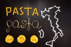 Pâtes de mots faites de spaghetti cuits et pâtes sèches sur le fond noir avec le cadre du pays Italie Photo stock
