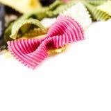 Pâtes de noeud papillon d'isolement sur le fond blanc Fermez-vous des fres crus Photos libres de droits