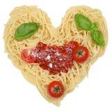 Pâtes de nouilles de spaghetti avec le coeur d'isolement Photos stock