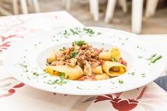 Pâtes de Paccheri d'Italien avec des espadons Photo stock