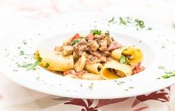 Pâtes de Paccheri d'Italien avec des espadons Images stock
