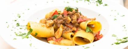 Pâtes de Paccheri d'Italien avec des espadons Image libre de droits