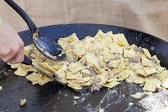 Pâtes de ravioli avec des champignons de porcini images stock