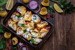 Pâtes de Shell bourrées des épinards, fromage fondu, parmesan en sauce tomate photographie stock