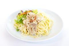 Pâtes de spaghetti avec de la salade verte image stock