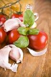 Pâtes de spaghetti avec l'ail et l'olive verts de basilic de petites tomates douces des olives Image stock