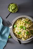 Pâtes de spaghetti avec de la sauce à pesto de basilic d'avocat Images stock