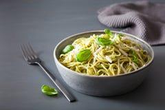 Pâtes de spaghetti avec de la sauce à pesto de basilic d'avocat Photos stock