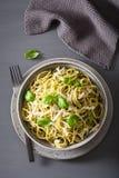 Pâtes de spaghetti avec de la sauce à pesto de basilic d'avocat Photographie stock