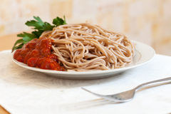 Pâtes de spaghetti avec la sauce tomate Photographie stock