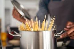 Pâtes de spaghetti dans le pot photo libre de droits