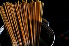 Pâtes de spaghetti dans un pot Images stock