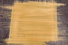 Pâtes de spaghetti sur la surface de fonctionnement grise Photographie stock
