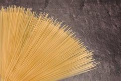 Pâtes de spaghetti sur la surface de fonctionnement grise Photos stock