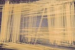 Pâtes de spaghetti sur la surface de fonctionnement grise Photo libre de droits