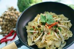 Pâtes de tagliatelles avec le champignon et le persil sur la casserole Photos stock