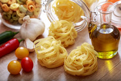 Pâtes de tagliatelles sur une table Photo stock