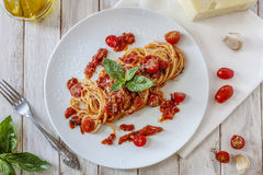 Pâtes de tomate avec le basilic photographie stock libre de droits
