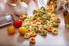 Pâtes de Tortellini sur une table Photos libres de droits