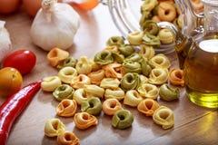 Pâtes de Tortellini sur une table Images stock