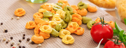 Pâtes de Tortellini sur une table Photo libre de droits