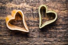 Pâtes deux italiennes en forme de coeur sur le fond en bois Photo libre de droits