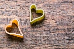 Pâtes deux italiennes en forme de coeur sur le fond en bois Photographie stock
