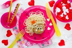 Pâtes drôles de spaghetti de déjeuner d'enfants avec la boulette de viande Photos stock