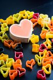 Pâtes en forme de coeur sur la table noire Photos libres de droits