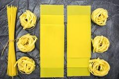 Pâtes en plan rapproché d'assortiment pâtes de diverses formes photos stock