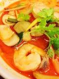 Pâtes en soupe épicée à crevette rose Photo stock