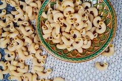 pâtes entières crues dans un plat sur un tissu en osier sur la table Vue supérieure photographie stock libre de droits