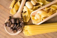 Pâtes et grains de café photo stock