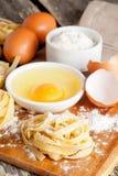 Pâtes et ingrédients faits maison crus pour des pâtes Images libres de droits