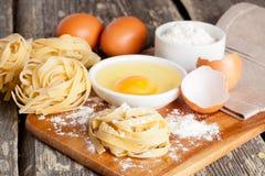 Pâtes et ingrédients faits maison crus pour des pâtes Photo libre de droits