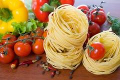Pâtes et légumes frais Photographie stock libre de droits