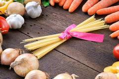 Pâtes et légumes sur le fond en bois de table Photo stock
