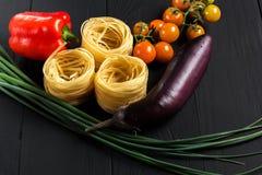 Pâtes et légumes sur le fond noir photo stock