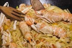 Pâtes et langoustines italiennes images stock