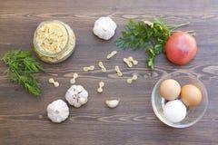 Pâtes et oeufs frais avec les légumes frais et les herbes Image libre de droits