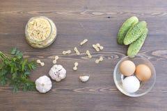 Pâtes et oeufs frais avec les légumes frais et les herbes Photo stock