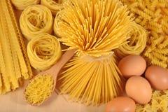 Pâtes et oeufs italiens crus Photos stock