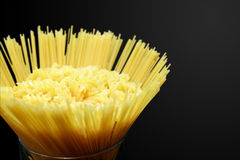 Pâtes et spaghetti de Fusilli en verre Photos stock