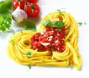 Pâtes et tomate en forme de coeur Images stock